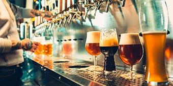 betekenis van ipa bier uitgelegd door biertap met verschillende soorten bier in glazen