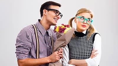 betekenis van afkorting simp uitgebeeld door nerd die bloemen aan meisje geeft