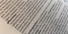betekenis van afkortingen uitgebeeld door foto van woordenboek van het woord afkorting