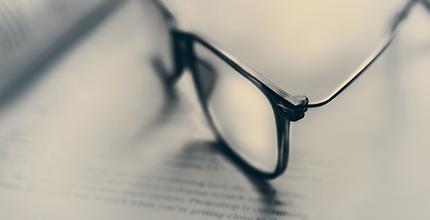 betekenis van overige woorden uitgebeeld door bril op woordenboek
