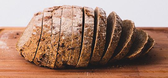 betekenis van spreekwoord uitgebeeld brood op de plank hebben