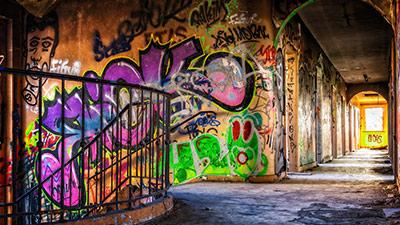 betekenis van straattaal uitgebeeld door trappenhuis in ghetto met kleurrijke graffiti