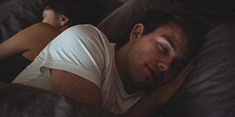betekenis van afkorting GN uitgebeeld door man en vrouw slapend in bed