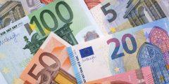 betekenis van afkorting notk uitgebeeld met geld eurobiljetten 100 50 20 en 5 euro