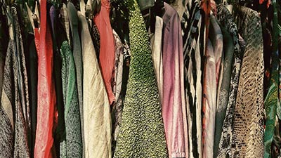 betekenis van afkorting zgan uitgebeeld door rek met tweedehands kleding