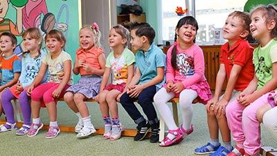 betekenis van kinderen amuseren uitgebeeld met blije kleuters