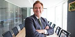 betekenis van ceo uitgebeeld door zakenman in pak zittend op vergadertafel