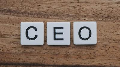 betekenis van ceo uitgebeeld door de drie letters c e o op houten tafel
