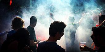betekenis van herres uitgebeeld door hooligan in rook met persoon en bier op de voorgrond