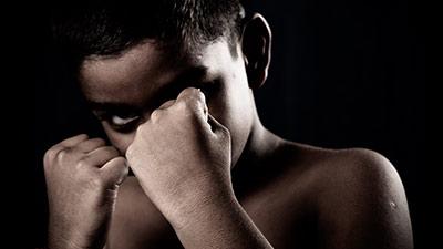 betekenis van herres uitgebeeld door jongen in gevechtshouding met vuisten voor zijn gezicht