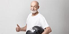 betekenis van boomer uitgebeeld door oudere man met grijze baard met motorhelm
