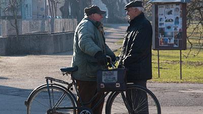 betekenis van boomer uitgebeeld door 2 oude mannen die buiten staan te praten
