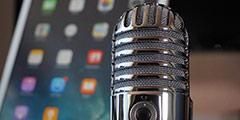 betekenis van podcast uitgebeeld door podcast-microfoon met tablet op de achtergrond