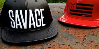 betekenis van savage uitgebeeld door het woord savage op een zwarte pet