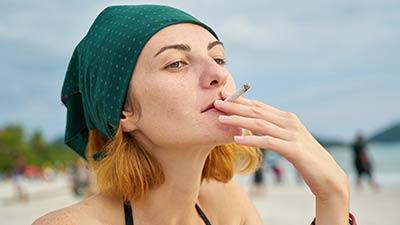 betekenis van savage uitgebeeld door een stoere vrouw die een sigaret rookt