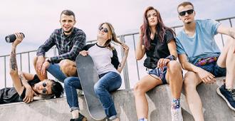betekenis van straattaal uitgebeeld door 5 jongeren die met skateboard op half pipe zitten