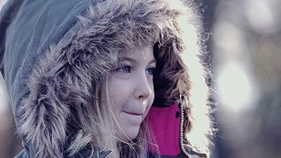 wat is een parka jas uitgebeeld door meisje met grijze parka jas
