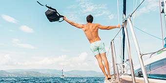 assertief betekenis uitgebeeld door man op boot