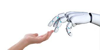 betekenis autonomie uitgebeeld door een mensenhand die contact maakt met een robothand