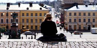 betekenis introvert uitgebeeld door meisje dat alleen buiten zit