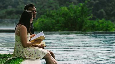 introvert betekenis uitgebeeld door vrouw met boek