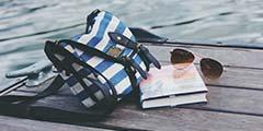 betekenis tassentrend uitgebeeld door gestreepte schoudertas voor vrouwen