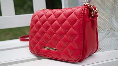 betekenis tassentrend uitgebeeld door rode handtas voor vrouwen