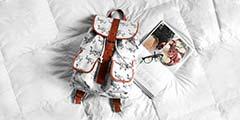 betekenis tassenverslaafd uitgebeeld door witte rugzak voor vrouwen