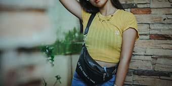 betekenis van clutch tas uitgebeeld door meisje met clutch tasje