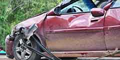 betekenis van iemand aansprakelijk stellen uitgebeeld door gecrashte auto