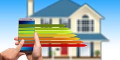 betekenis van smart home uitgebeeld door smartphone met energielabel