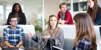 wat is kantoorjargon uitgebeeld door vergaderende collega's